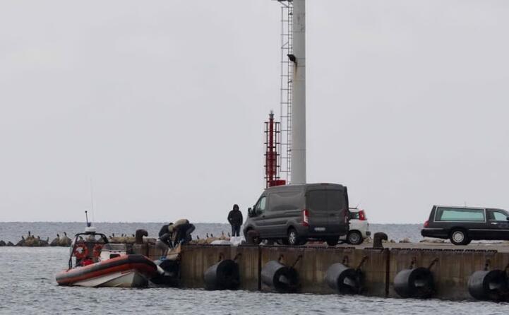 sul posto l aeronautica militare la guardia costiera e la finanza (foto l unione sarda)