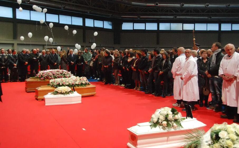 i funerali delle vittime dell alluvione in gallura nel 2013 e il lancio dei palloncini alla cerimonia