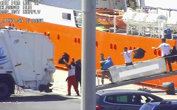 un momento del presunto smaltimento irregolare di rifiuti pericolosi dalla nave aquarius