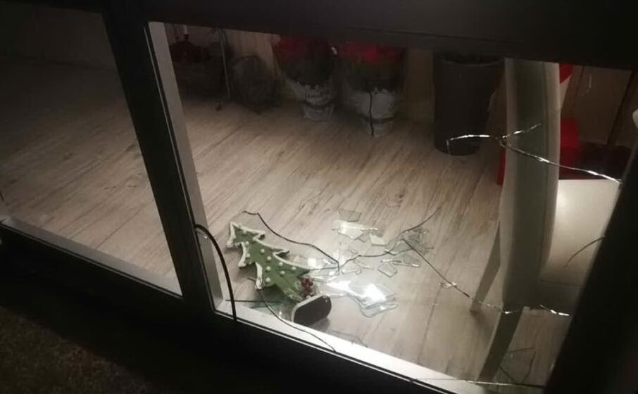 la vetrata spaccata (foto giorgia daga)