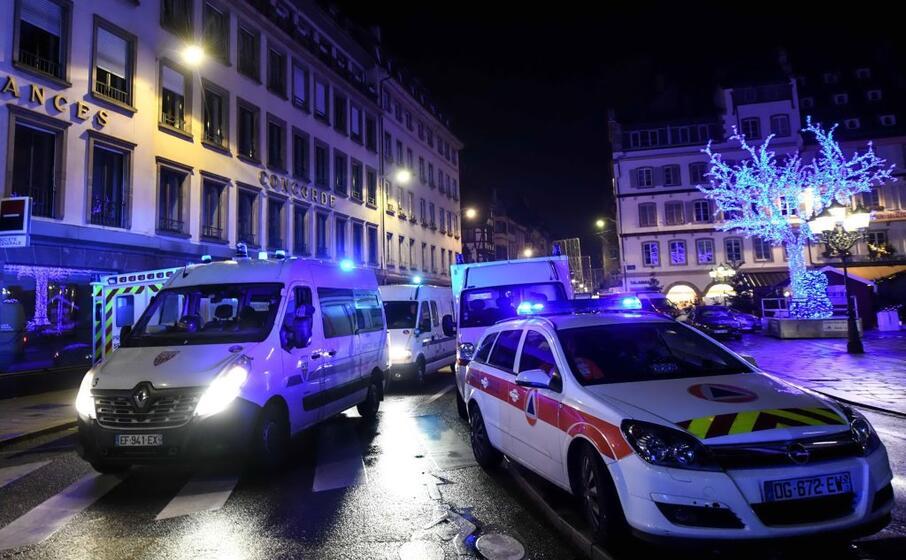 ambulanze e polizia al mercatino di strasburgo dove un uomo ha aperto il fuoco (ansa)