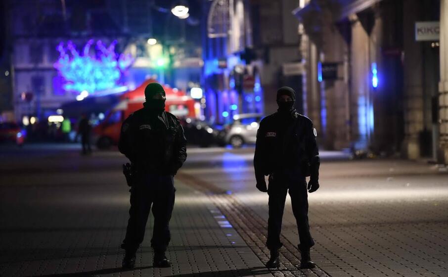 la zona evacuata e presidiata dalle forze dell ordine