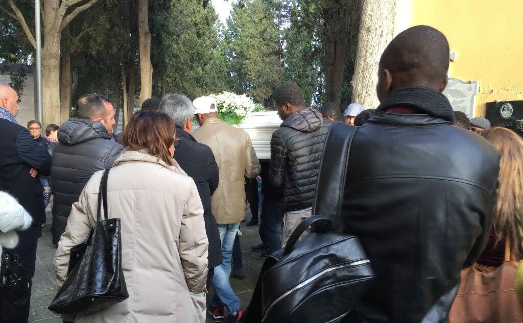 Bimbo A it Cibo Soffocato Villasor Sarda L'unione Dal Saluto L'ultimo j5A3RL4