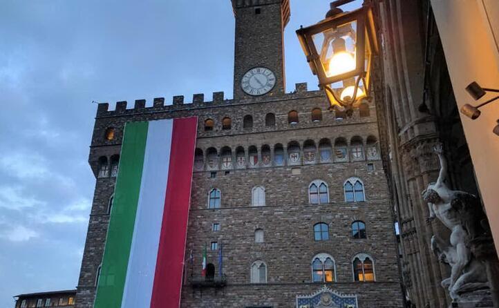 gigantesca bandiera a palazzo vecchio a firenze (ansa)