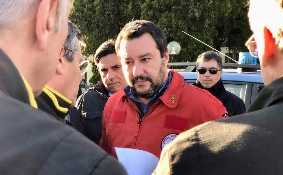 matteo salvini con la divisa dei vigili del fuoco (foto da facebook)