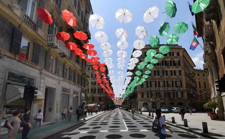 ombrelli tricolori a genova (ansa)
