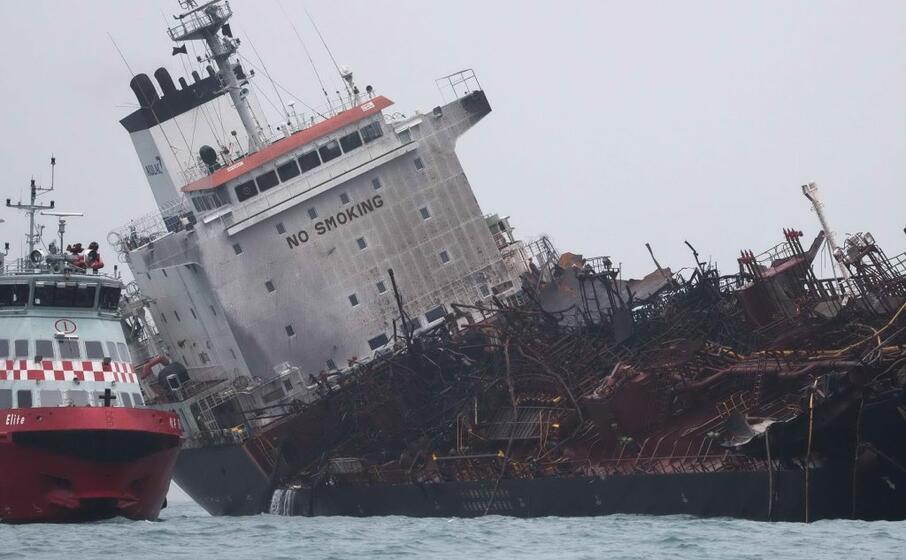 a hong kong paura per l incendio di una petroliera