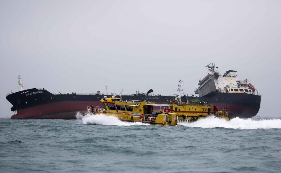 tutto l equipaggio si gettato in mare