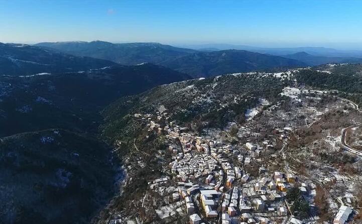 allargando l obiettivo la panoramica comprende anche i boschi della barbagia imbiancati dalla prima neve dell anno