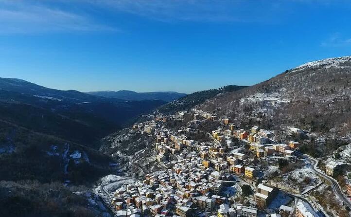 il piccolo borgo di desulo immortalato dal drone di alberto zilaghe