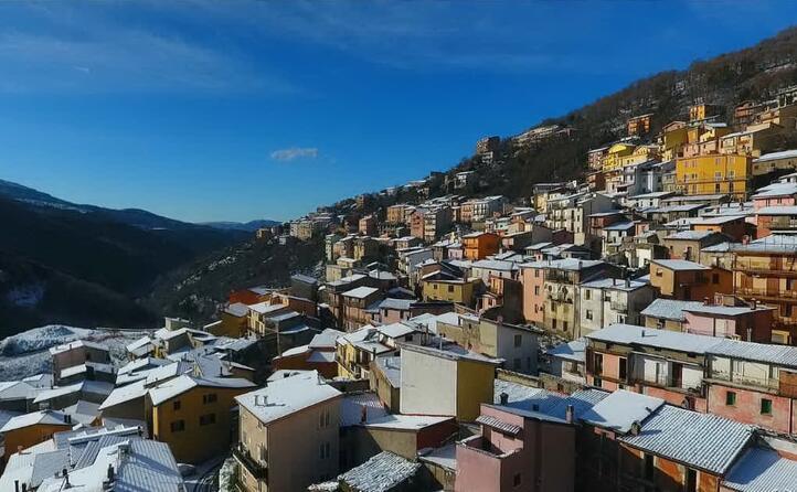 un festival di tetti bianchi contribuisce a creare un atmosfera magica