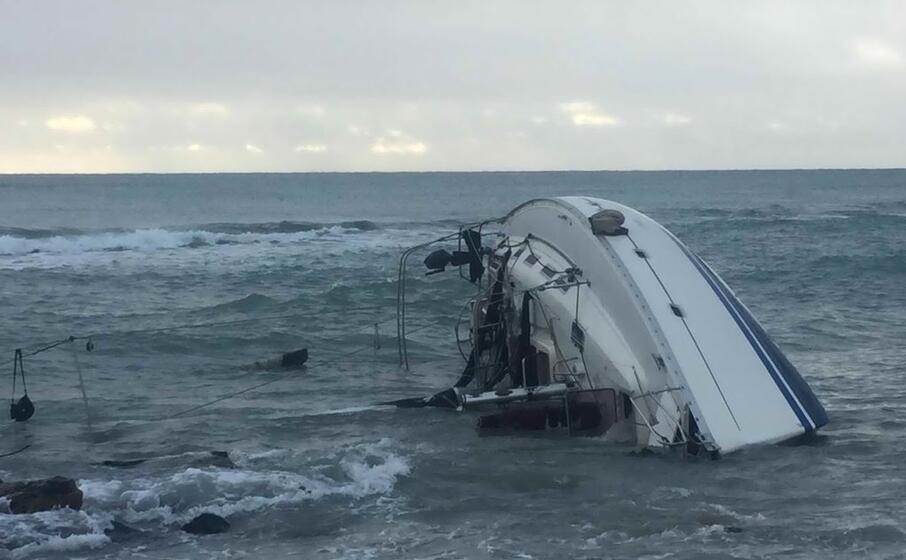 l imbarcazione che si incagliata davanti alla costa (ansa)