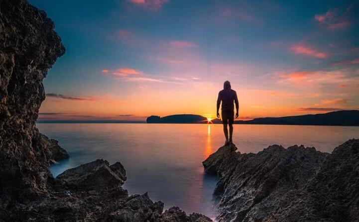 alghero in particolare capo caccia tra le location migliori per ammirare tramonti mozzafiato come quello immortalato in questo scatto da fabio fusari ( keep on waling 28)