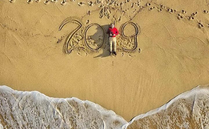 salutare il nuovo anno dalla spiaggia di badesi l originale idea di mattia abozzi (account bzzmtt)