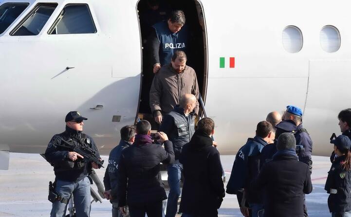 l arrivo di battisti in aeroporto
