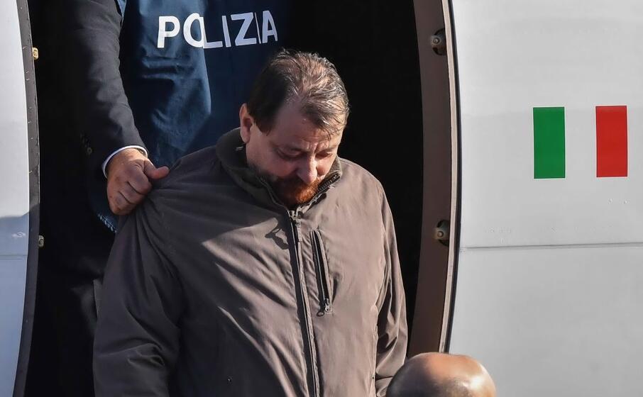 l ex terrorista era scortato ma non ammanettato