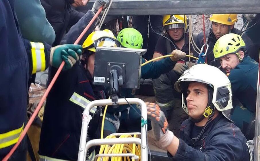 tecnici e soccorritori in azione (ansa)