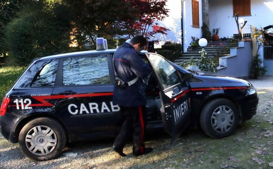 una pattuglia dei carabinieri (ansa)