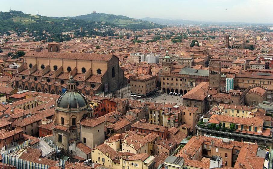 una panoramica di bologna (foto da wikipedia)