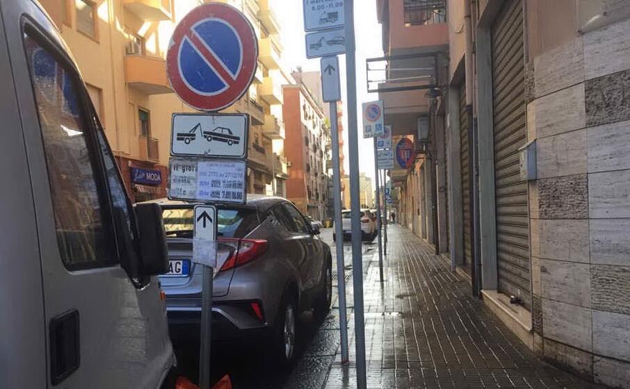il cartello di divieto di sosta con rimozione in via ariosto (foto marcello cocco)