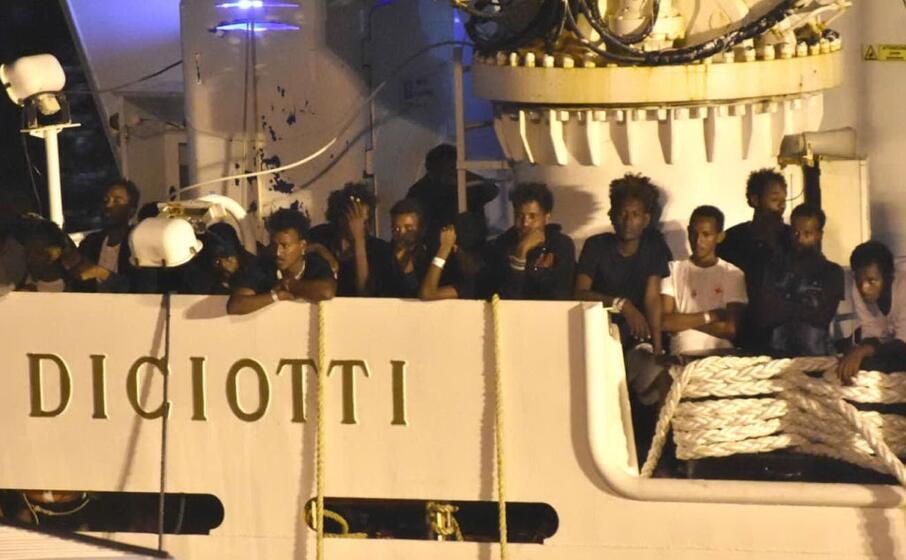 migranti a bordo della nave diciotti (ansa)
