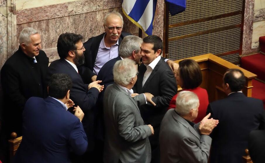 il premier alexis tsipras dopo il voto in parlamento (ansa)