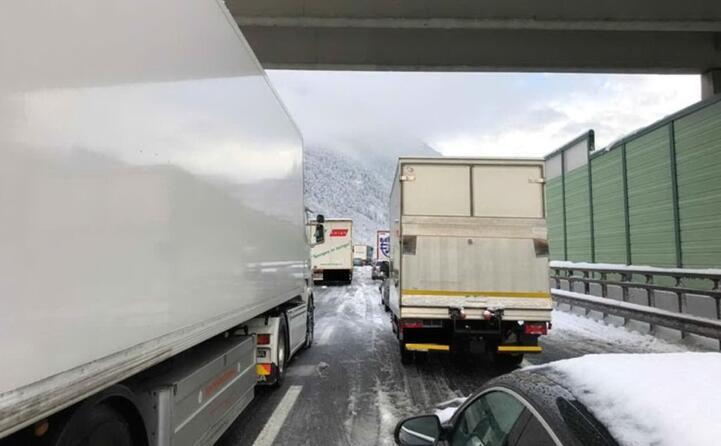 tir e auto bloccati lungo l autostrada del brennero