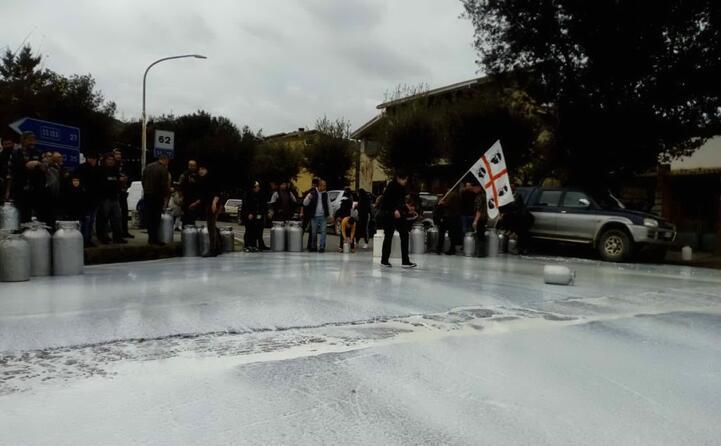 lo sversamento del latte in strada ballao (foto veronica congiu)