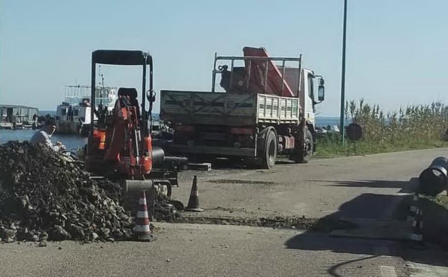 i lavori nella strada litoranea di porto foxi (foto ivan murgana)