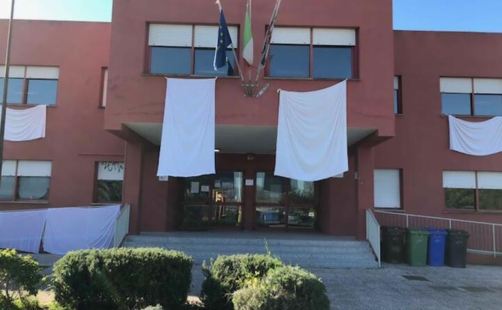 lenzuola bianche all esterno della scuola