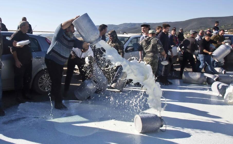 latte versato per protesta a sant antioco (ansa)