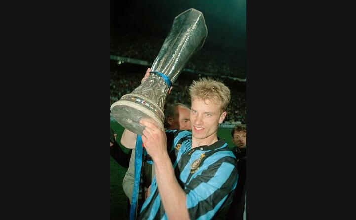 dennis bergkamp solleva la coppa uefa del 1994