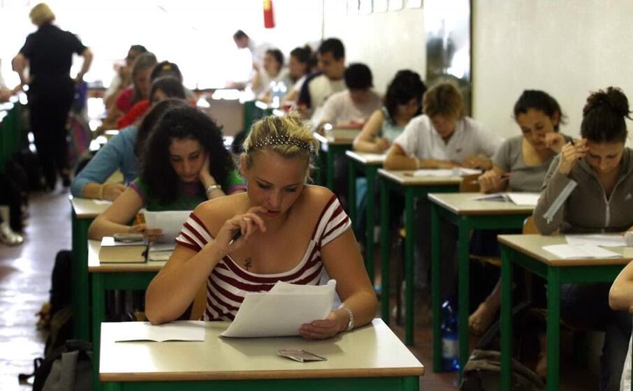 maturandi impegnati nell esame (ansa)