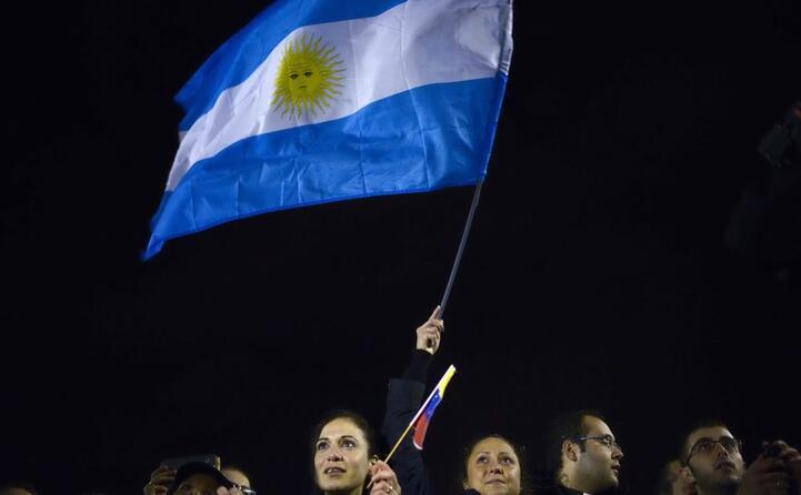 bandiera dell argentina sventola in piazza san pietro