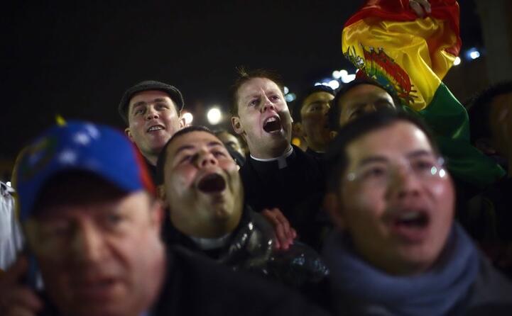 la folla di fedeli in piazza
