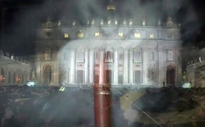 la fumata bianca in piazza san pietro (ansa)