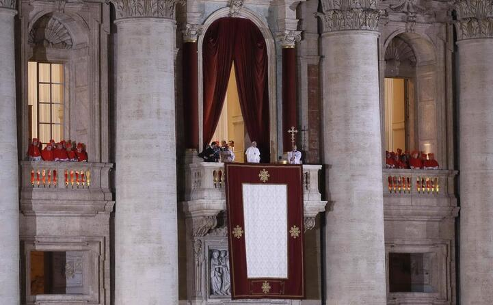 papa francesco si affaccia al balcone