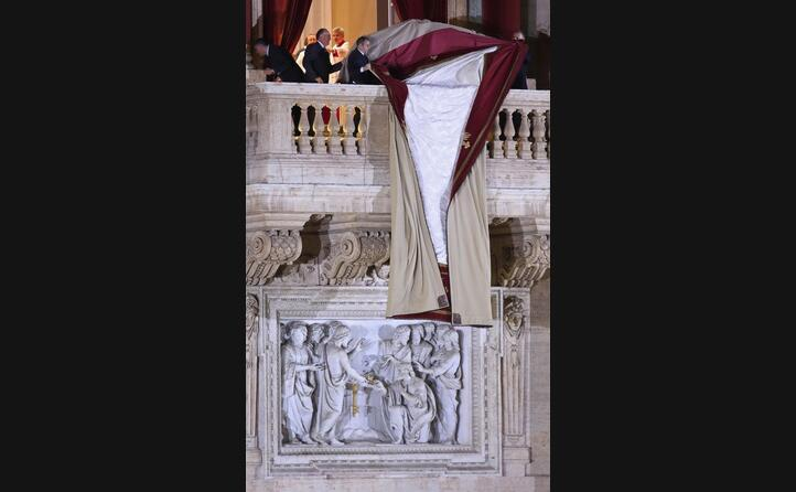 viene tirato gi il drappo dal balcone della basilica di san pietro