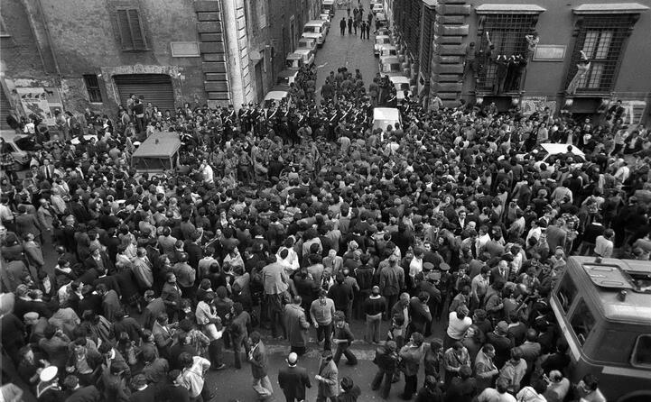 la folla sul luogo del ritrovamento del corpo