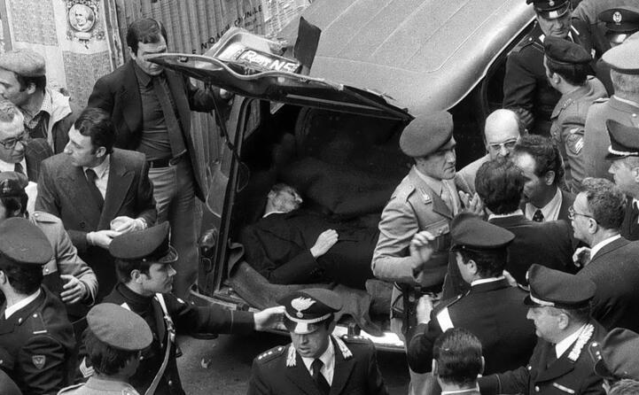 moro viene sottoposto a un processo politico e condannato a morte il suo corpo verr trovato in un auto il 9 maggio 78 in via caetani a roma