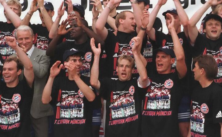 foto di gruppo dopo la vittoria in campionato