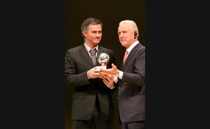 mourinho gli consegna il premio di allenatore dell anno