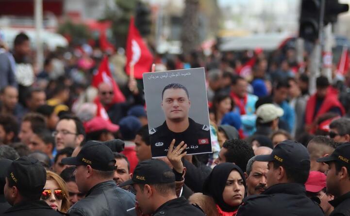 migliaia in piazza a tunisi contro i terroristi