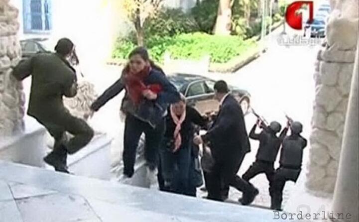 nell attentato 24 i morti 21 turisti un agente e due terroristi
