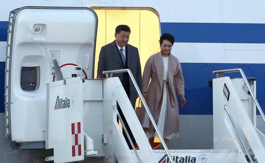 il presidente xi jinping e la moglie peng liyuan arrivano a roma (ansa)