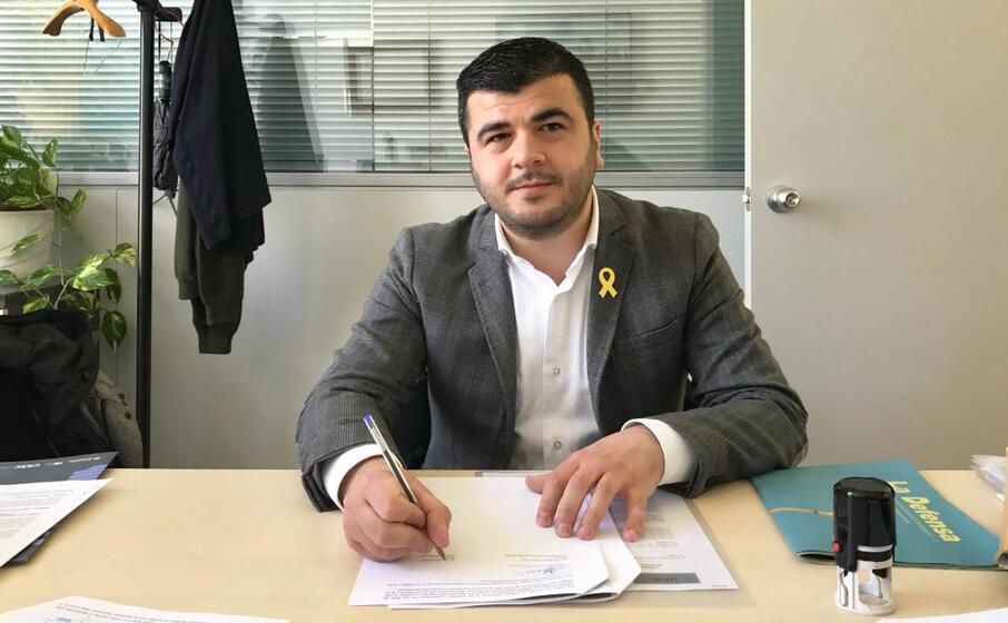 il sindaco davide corriga alla firma dell accordo (foto giacomo pala)