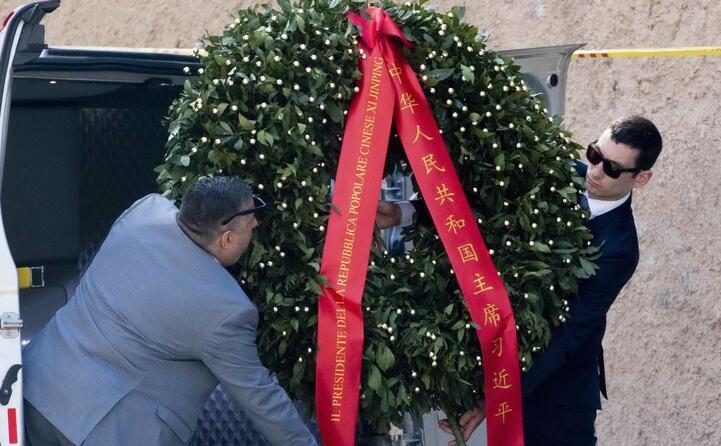 la corona di fiori di xi jinping destinata all altare della patria