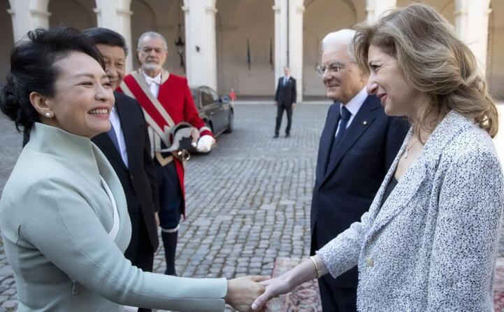 stretta di mano tra la moglie di xi jinping e la figlia di sergio mattarella