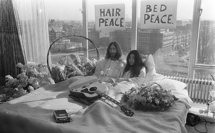 accaddeoggi il 25 marzo 1969 john lennon e yoko ono iniziano il bed in per la pace (foto da wikipedia)