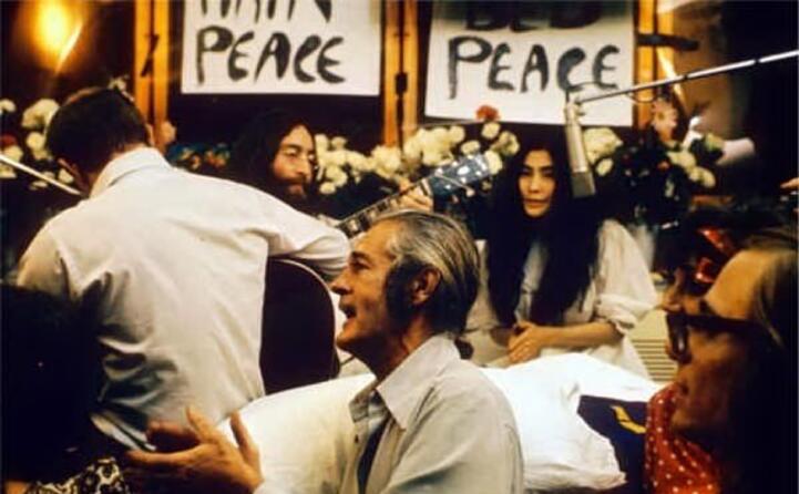 lennon mentre registra la canzone give peace a chance (foto da wikipedia)